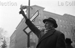 "Herschtritt, Léon. Berlin. ""Le Mouchoir"". Bernauer Strasse. 1961. Photographie. Collection particulière."