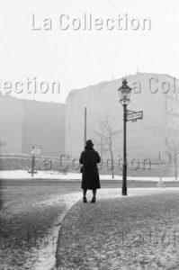 """Herschtritt, Léon. Berlin. """"Attente"""". Bernauer Strasse. 1961. Photographie. Collection particulière."""