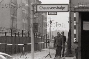 Hubmann, Franz. Le Mur de Berlin. Le poste frontière Chauseestrasse. Vers 1961 1962. Photographie. Collection particulière.