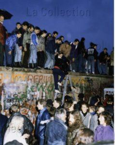 Allemagne. Histoire. Chute du mur de Berlin. Allemands se tenant debout sur le mur. 9 Novembre 1989. Photographie. Collection particulière.