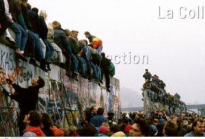 Allemagne. Histoire. Chute du Mur de Berlin. Allemands se tenant sur le mur. 1989. Photographie. Collection particulière.