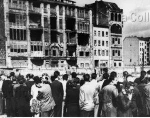 Allemagne. Guerre froide. Berlin. La Foule autour de l'endroit où Peter Fechter a été tué la veille. 1962. Photographie. Collection particulière.
