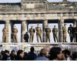 Allemagne. La Chute du Mur de Berlin. Soldats debout sur le Mur face à la foule. 1989. Photographie. Collection particulière.