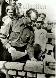 Allemagne. Guerre froide. Berlin Est. Erich Honecker participant à la construction du Mur. 1962. Photographie. Collection particulière.