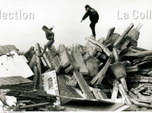 Allemagne. La Chute du Mur de Berlin. Enfants jouant sur les ruines du Mur. 1992. Photographie. Collection particulière.