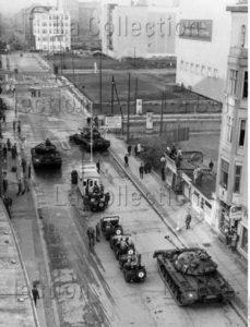 Allemagne. Guerre froide. Berlin. Le poste frontière Checkpoint Charlie. Soldats et chars américains sur la Friedrichstrasse. 1961. Photographie. Collection particulière.