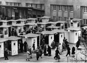 Allemagne. Guerre froide. Berlin. Point de contrôle sur Heinrich Heine Strasse. 1964. Photographie. Collection particulière.