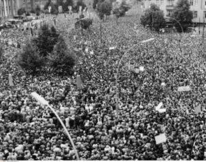 Allemagne. Guerre froide. Berlin Ouest. Manifestation sur la Rudolf Wide Platz devant le Rathaus Schöneberg, contre la construction du Mur. 1961. Photographie. Collection particulière.