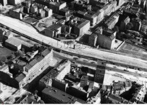 Allemagne. Guerre froide. Berlin. Vue aérienne du Mur de Berlin et de la bande de la mort (Todesstreifen), au niveau de la Bernauer Strasse. 1968. Photographie. Collection particulière.