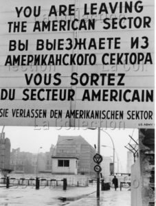 Allemagne. Guerre froide. Berlin. Checkpoint Charlie sur la Friedrichstrasse. Vers 1965. Photographie. Collection particulière.