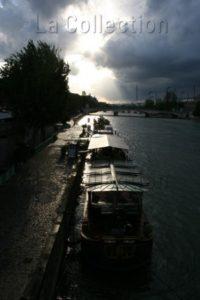 France. Paris. Quais de Seine. Bateau sur une rive de la Seine vu depuis le pont des Arts. 2007. Photographie de Caroline Maufroid.