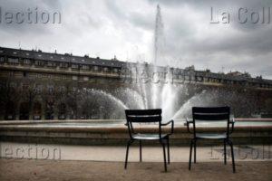 """France. Paris. Palais Royal. """"Couple métallique"""". Photographie. Collection particulière."""