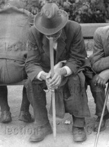Vieil homme assis sur le banc d'un parc. Vers 1930. Photographie. Collection particulière.
