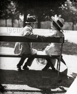 Mayer, Emil. Amoureux sur un banc public. Vers 1905. Photographie. Collection particulière.