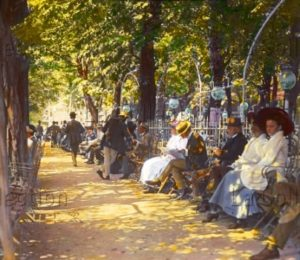 """Mayer, Emil. Devant le """"Dritten Kaffeehaus"""", au Prater, à Vienne. Vers 1905 1910. Photographie. Vienne, Österreichisches Volkshochschularchiv."""