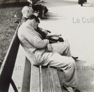 Hommes dormant sur un banc public. Vers 1930. Photographie. Collection particulière.