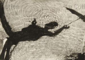 Wolff, Paul. Etude d'ombre. Femme avec parapluie au bord d'une fontaine. Vers 1927. Photographie. Collection particulière.
