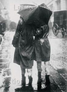 Sous la pluie. couvertes de papiers journaux. Vers 1930. Collection particulière.