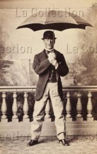 Homme avec chapeau melon et parapluie. Vers 1870. Photographie. Collection particulière.