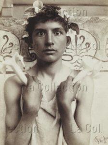 Wilhelm von Gloeden. Hypnos (Garçon aux Lotus). 1908. Photographie. Collection particulière.