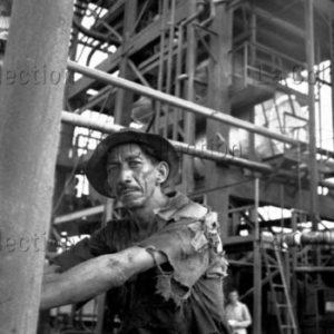 Peter Bock Schroeder. Pérou. Travailleur dans une raffinerie. 1953. Photographie. Collection particulière.