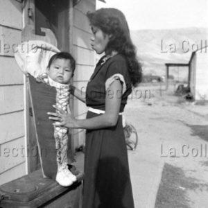 Peter Bock Schroeder. Etats-Unis. Alaska. Mère Inuit avec son bébé. 1952. Photographie. Collection particulière.