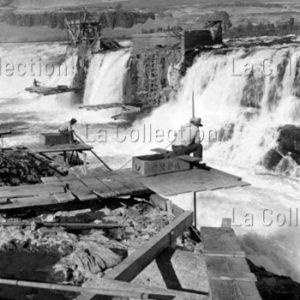 Peter Bock Schroeder. Etats-Unis. Orégon. Pontons de pêche au saumon sur les chutes de Celilo (Celilo Falls), sur la Columbia. 1956. Photographie. Collection particulière.