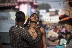 Inde. Bénarès. Rasage au bord du Gange. 2015. Photographie de Manuela Boehme.
