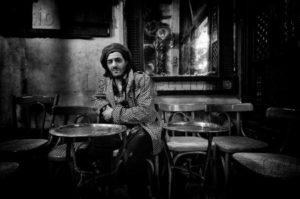 Portrait de Rachid Taha au café Fishawi du Caire. 2005. Photographie d'Arnaud du Boistesselin. Collection particulière.