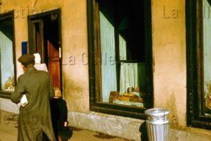 Russie. Société. Devant Une Boulangerie Sur La Perspective Nevski à St Petersbourg (Léningrad). 1956. Photographie. Collection Particulière