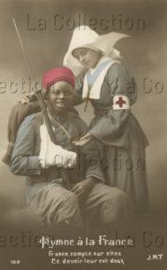 Première Guerre mondiale. Infirmière religieuse soignant un soldat. Vers 1914-1918. Photographie. Collection particulière.