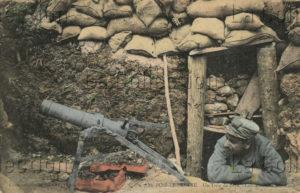 France. Première Guerre mondiale. Poilu dans une tranchée. 1914-1918. Photographie. Collection particulière.