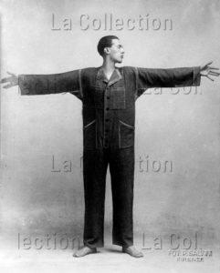 """Italie. Mode. Thayaht (Ernesto Michahelles) vêtu de sa combinaison """"Tuta"""". Vers 1919-1921. Photographie. Collection particulière."""