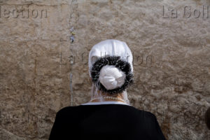 Israël. Jerusalem. Mur Des Lamentations. Femme Priant. 2007. Photographie de Nathalie Darbellay.