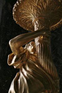 France. Versailles. Château. Galerie des Glaces. Torchère. Détail. Sculpture.