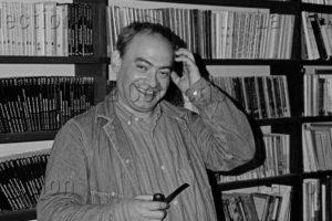 """Delagarde, Jean Pierre. Portrait De Roland Topor, Peintre Et écrivain Français, Dans La Librairie """"Nuits Blanches"""". Vers 1980 1985. Photographie. Collection Particulière."""