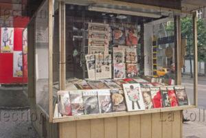 Delagarde, Jean Pierre. Allemagne (RDA). Kiosque à journaux avec la Pravda, l'Humanité... 1980 1981. Photographie. Collection particulière.