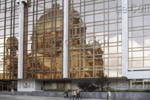 Delagarde, Jean Pierre. Allemagne (RDA). Chambre du Peuple avec le reflet de la cathédrale de Berlin. 1980 1981. Photographie. Collection particulière.