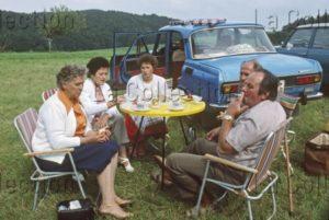 Delagarde, Jean Pierre. Allemagne (RDA). Pique Nique En Rase Campagne. 1980 1981. Photographie. Collection Particulière.