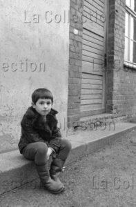 Delagarde, Jean Pierre. Allemagne (RDA). Elève Dans Une Cour D'école à Mühlhausen. 1980 1981. Photographie. Collection Particulière.