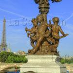 Paris. Pont Alexandre III. Gauquié, Henri Désiré. Amours soutenant les lampadaires et la Tour Eiffel. 1897 1900. Sculpture.
