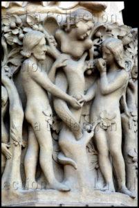 Art Gothique. Paris. Cathédrale Notre Dame. Façade Ouest. Portail de La Vierge. Détail : La Tentation d'Adam et Eve. Vers 1210. Sculpture.