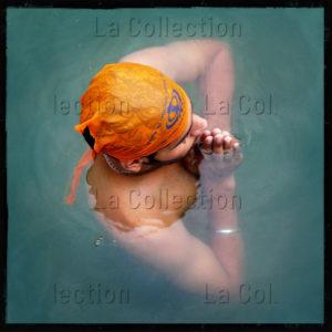 """Inde. Penjâb. Amritsar. """"Sikhisme"""". """"A Longing of the Soul"""". Sikh se baignant dans les eaux sacrées du réservoir d'Amritsar. 2009. Photographie de Laurent Goldstein."""