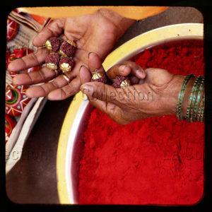 """Inde. Bénarès. """"Hands of grace"""". """"Tears of the lord"""". Mains d'une femme au-dessus d'une poudre rouge appelée sindoor servant aux femmes mariées. 2010. Photographie de Laurent Goldstein."""