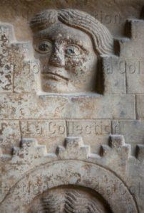 Art Gothique. Elne. Cloître. Galerie Est. Chapiteau. Détail : La porte de la ville de Jérusalem. Un Homme derrière un créneau (entre Deux Merlons). Vers 1315 1325. Sculpture.