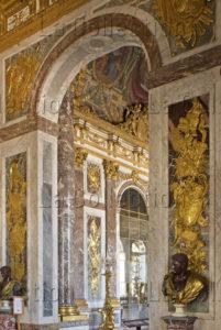 France. Versailles. Château. La Galerie des Glaces.