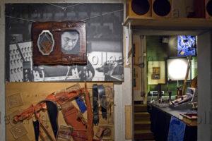 Paris. XIIe arrondissement. Demeure (atelier laboratoire) du compositeur français, Pierre Henry. Tableaux reliefs du compositeur avec un portrait photographique le montrant. 2009. Photographie de Didier Herman.