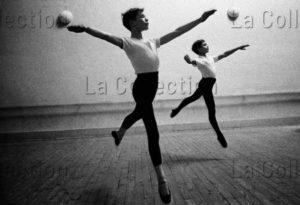 """Herschtritt, Léon. Ecole de danse de l'Opéra National de Paris. Deux """"petits Rats"""" Exécutant un Sissonne en avant. 1963 1964. Photographie. Collection Particulière."""