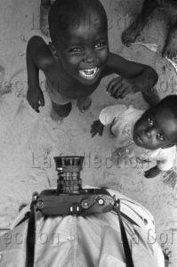 Herschtritt, Léon. Afrique. Tchad. La Sortie de L'école devant le photographe. 1963. Photographie. Collection Particulière.