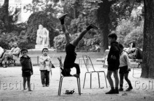 Herschtritt, Léon. Enfants jouant dans le jardin du Luxembourg (Jeux d'enfants). Vers 1968. Photographie. Collection Particulière.